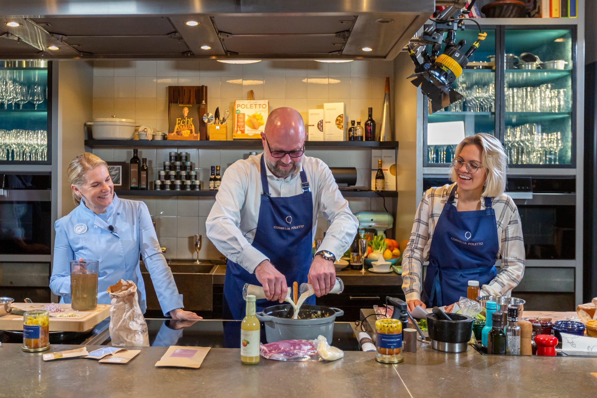 Cornelia Poletto mit Gästen in der Showküche