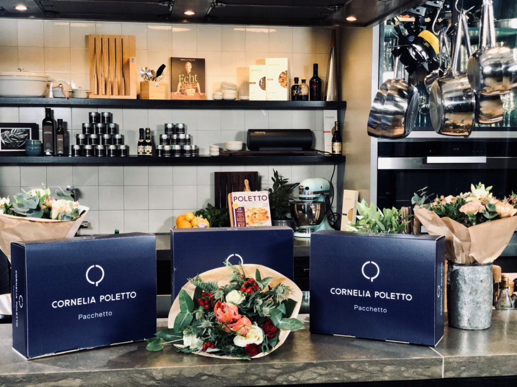 Cornelia Poletto Pacchetto-Boxen mit Blumenstrauß